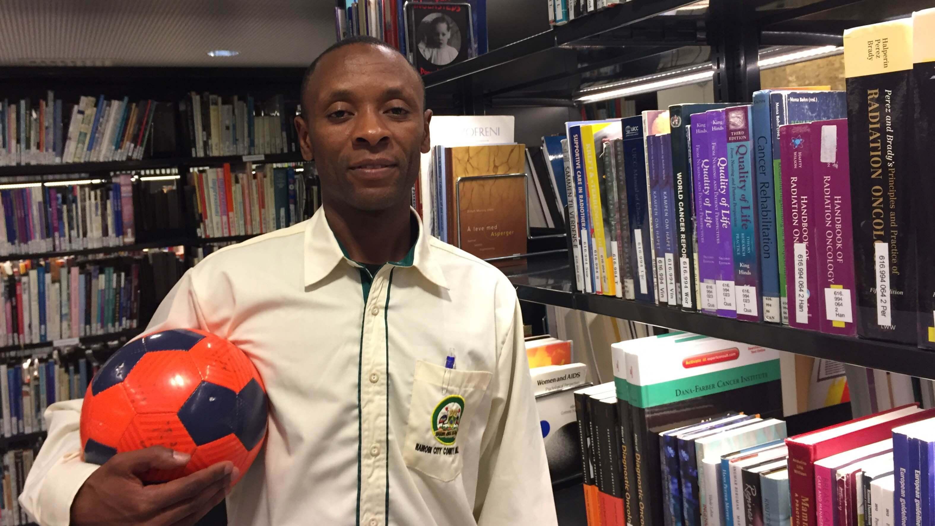 Shadrack utdannar gjennom bøker og fotball